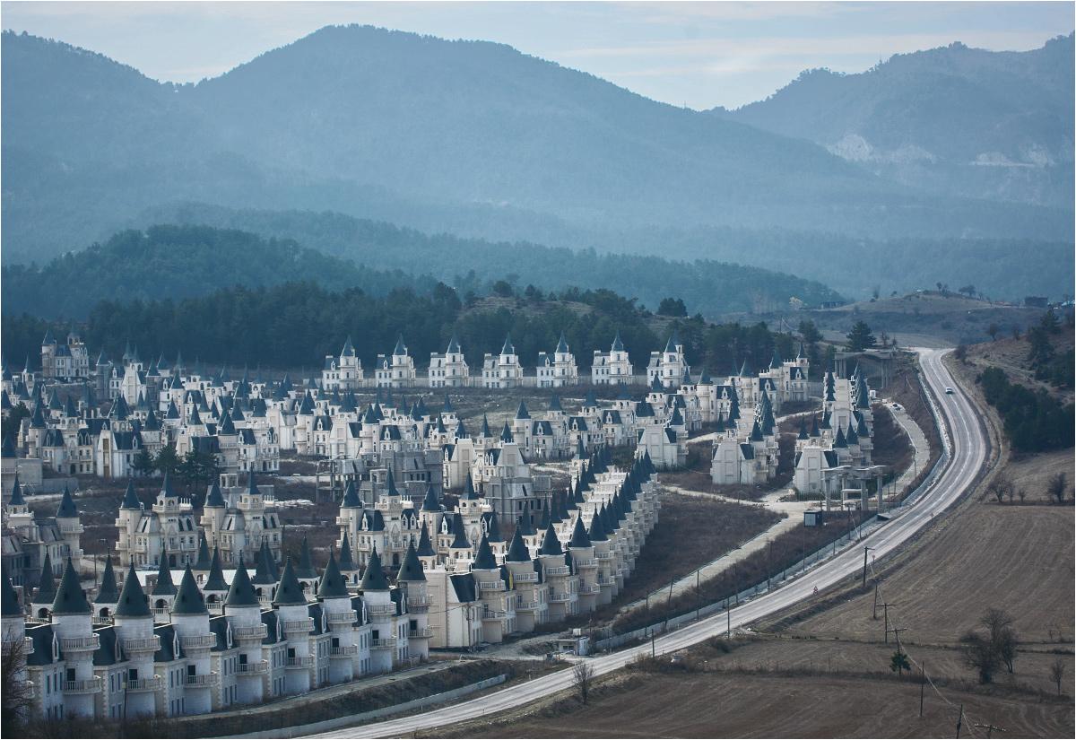 Setki identycznych pałacyków porastają wzgórza w środkowej Anatolii