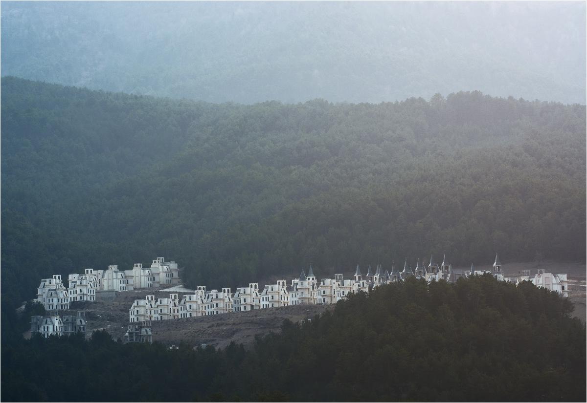 Dzielnice pałacyków wyrastają nawet na oddalonych wzgórzach