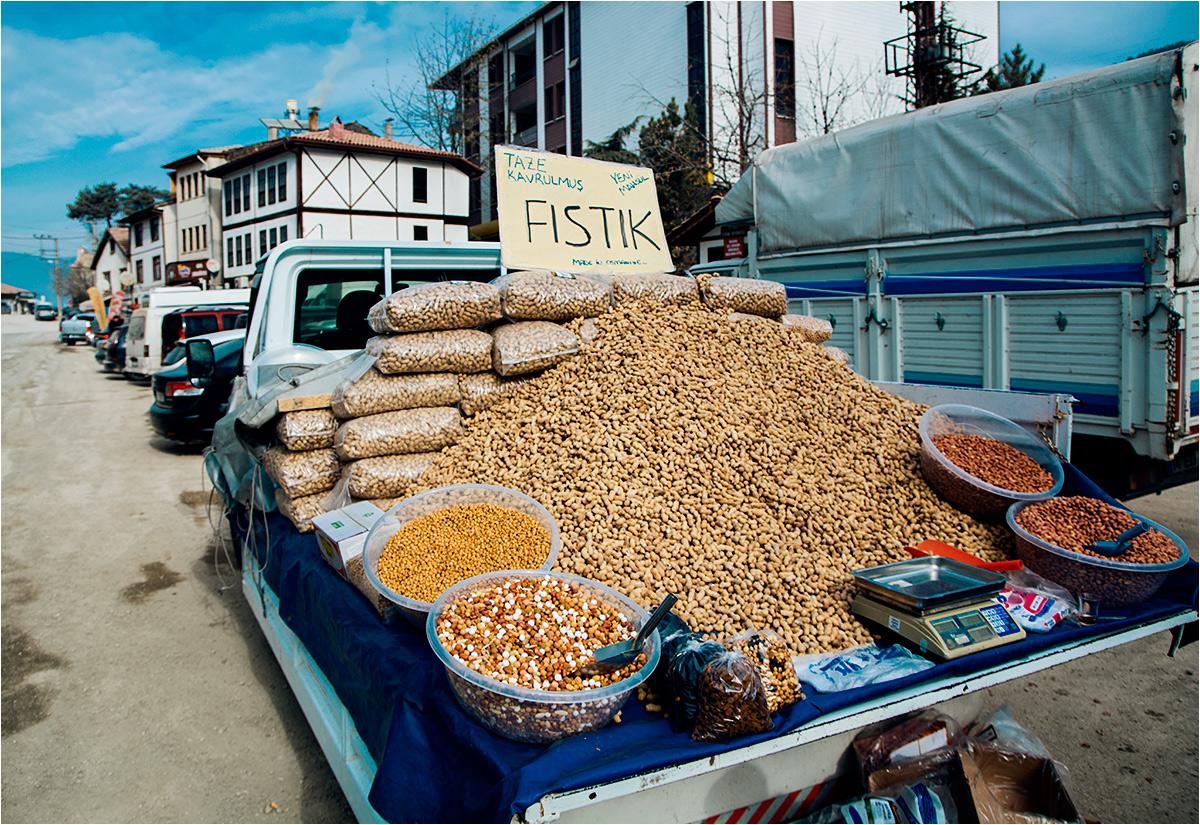 Fistaszki sprzedawane z ciężarówki w centrum Mudurnu