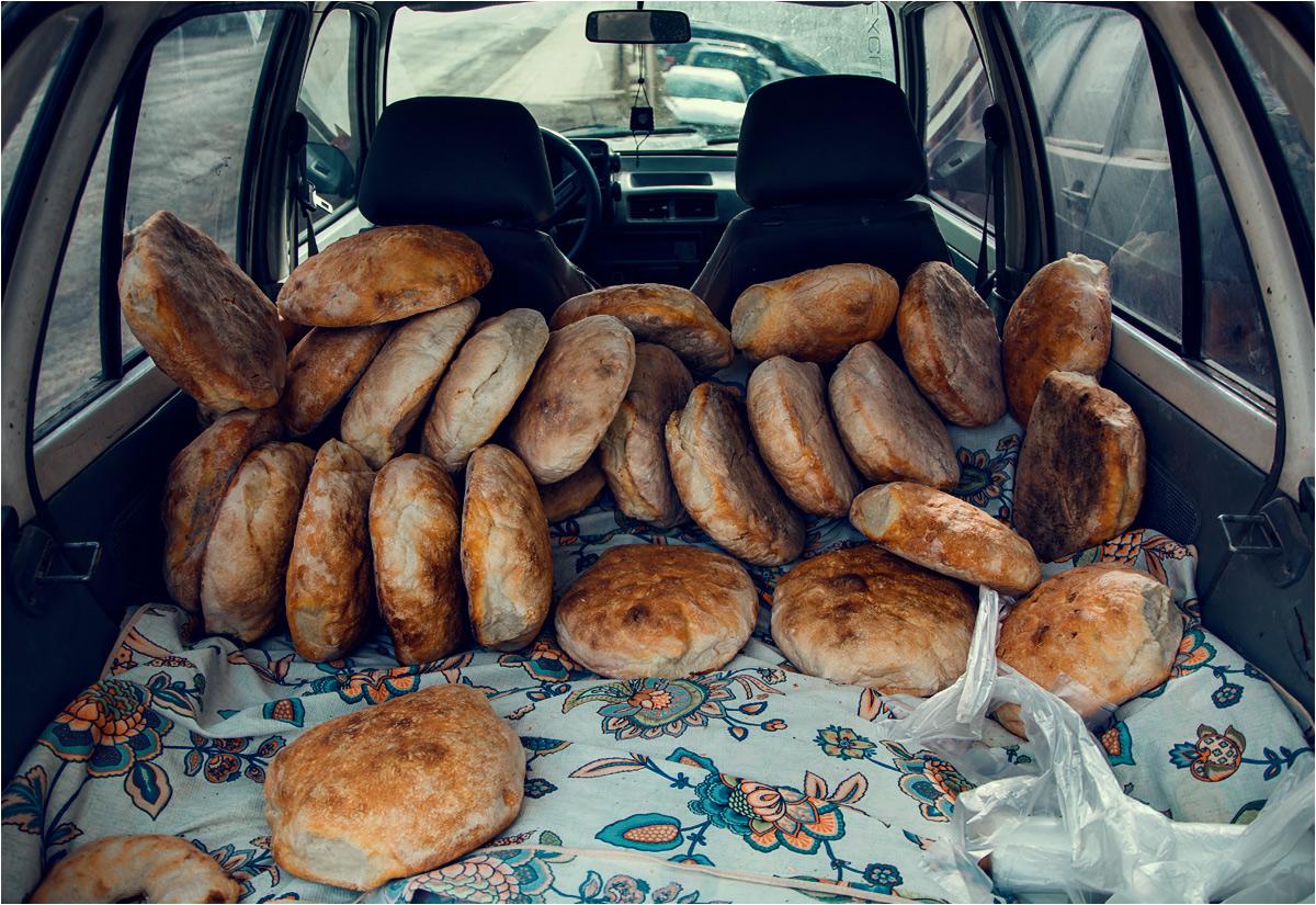 Tuż obok miejsce na poboczu zajął piekarz, sprzedający świeży chleb wprost z wnętrza samochodu