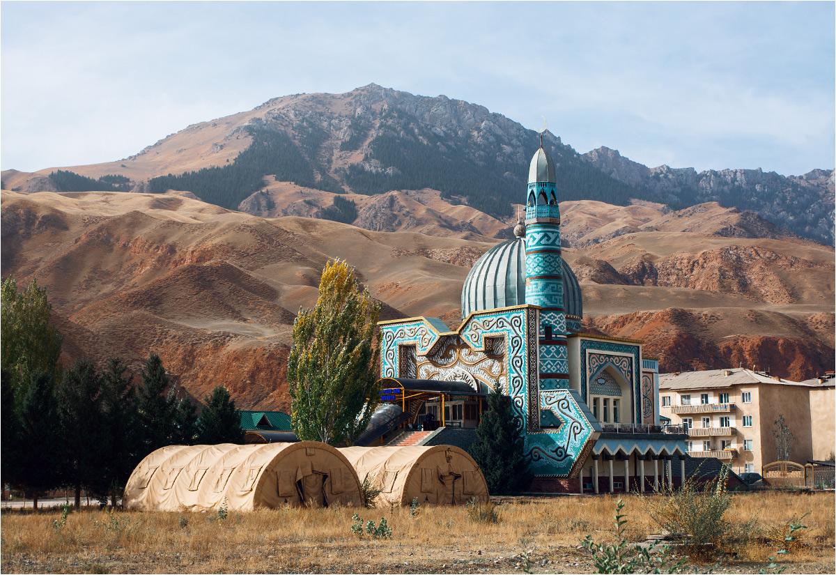 Wystawna świątynia odróżnia się od zaniedbanej zabudowy miasta