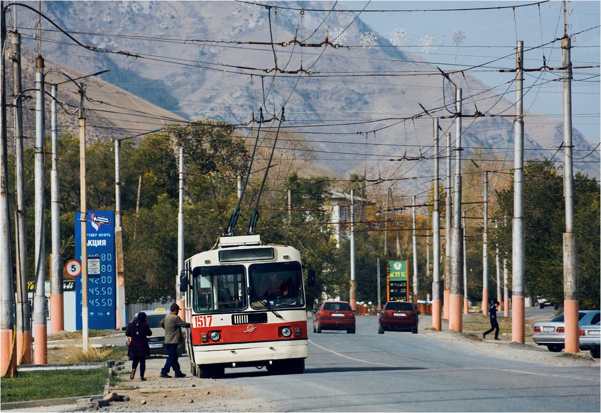 Kolejny pojazd również zabiera pasażerów poza przystankiem. A nad drogą wiszą zimowe ozdoby