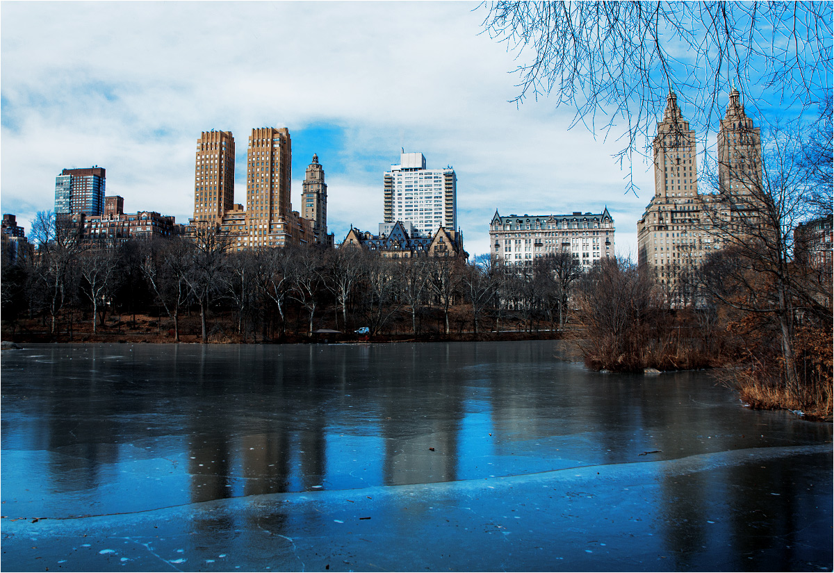 Budynki na Upper West Side widziane ze skutego lodem Central Parku