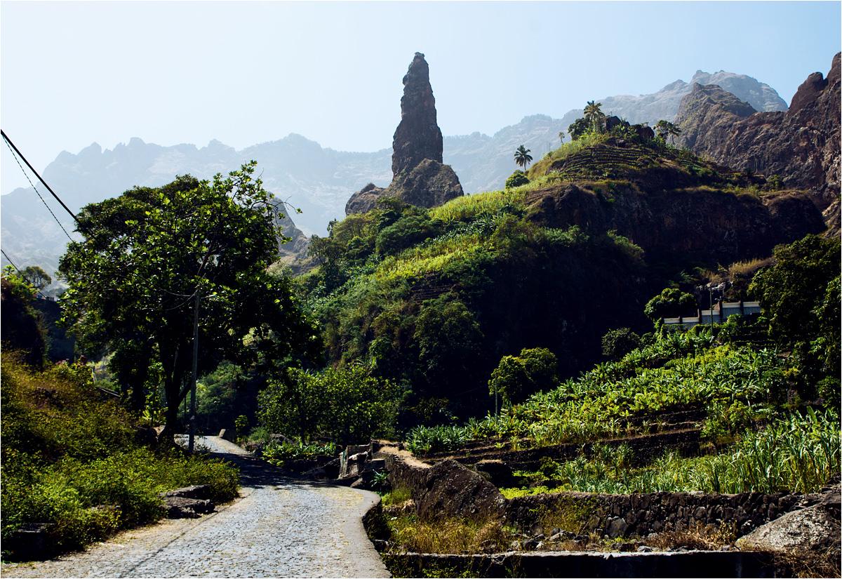 Soczysta zieleń w Ribeira da Torre. Na końcu doliny, koło wioski Xoxo, wyrasta oszałamiająca skalna iglica