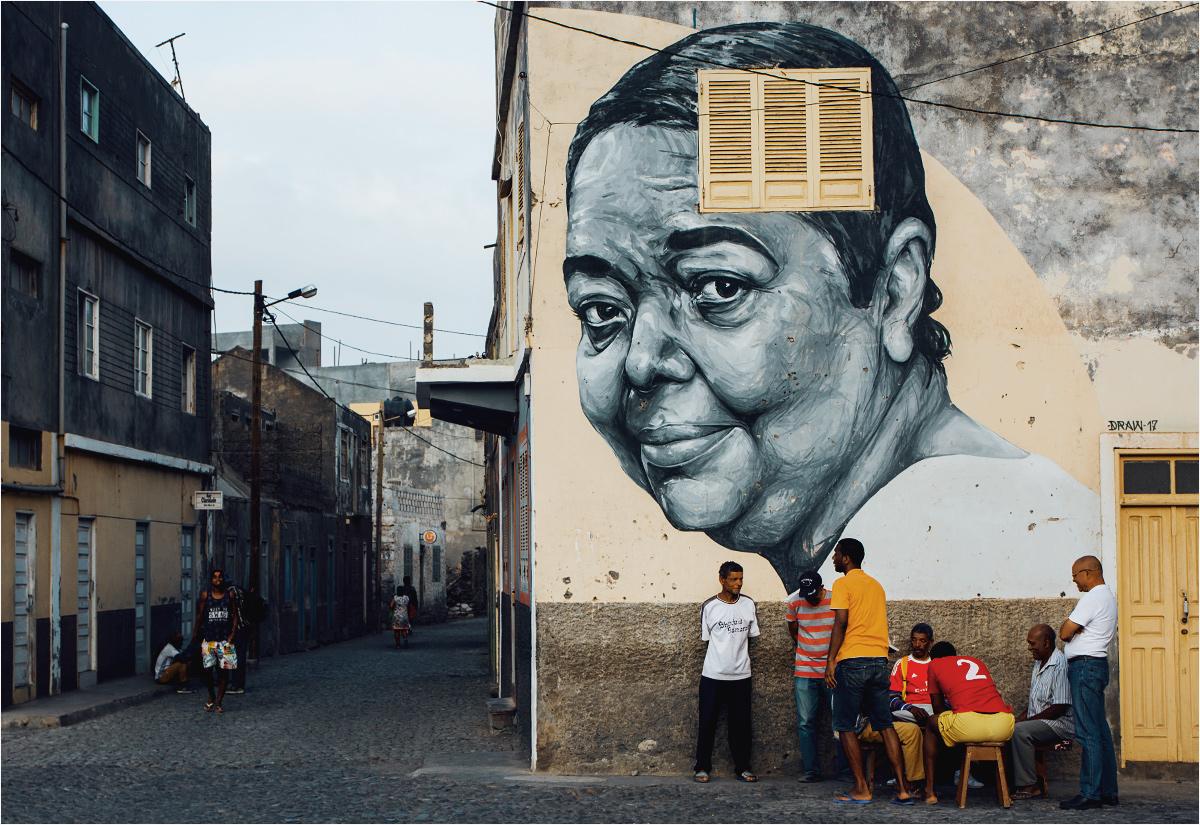 Spokojne życie w miasteczku Ribeira Grande. Mężczyźni grają w karty, a ze ściany spogląda na nich Cesária Évora - najbardziej znana przedstawicielka Republiki Zielonego Przylądka
