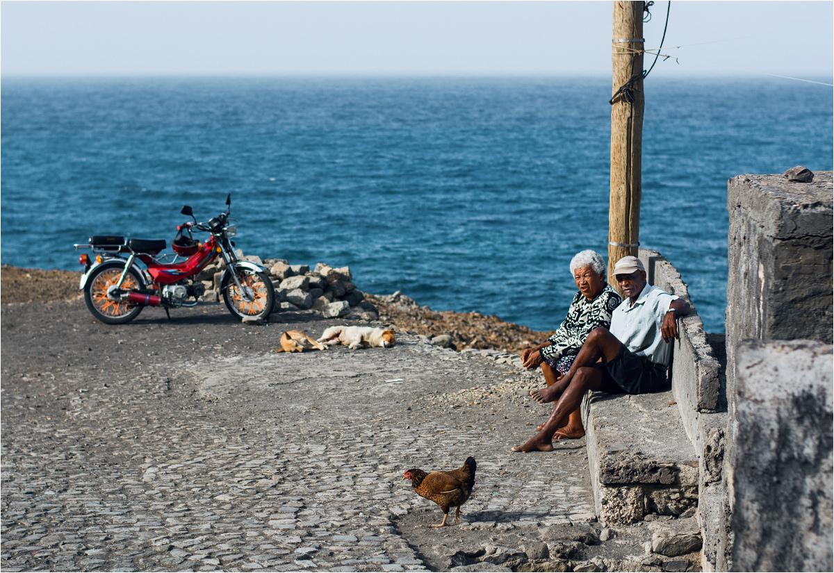 No stress! Nawet po 40 latach wspólnego życia można się wybrać na wieczorną randkę. Tym bardziej, że słońce ładnie świeci, ocean szumi, kury gdaczą, a do wnuczki przyjechał właśnie Marcelino z sąsiedniej wioski