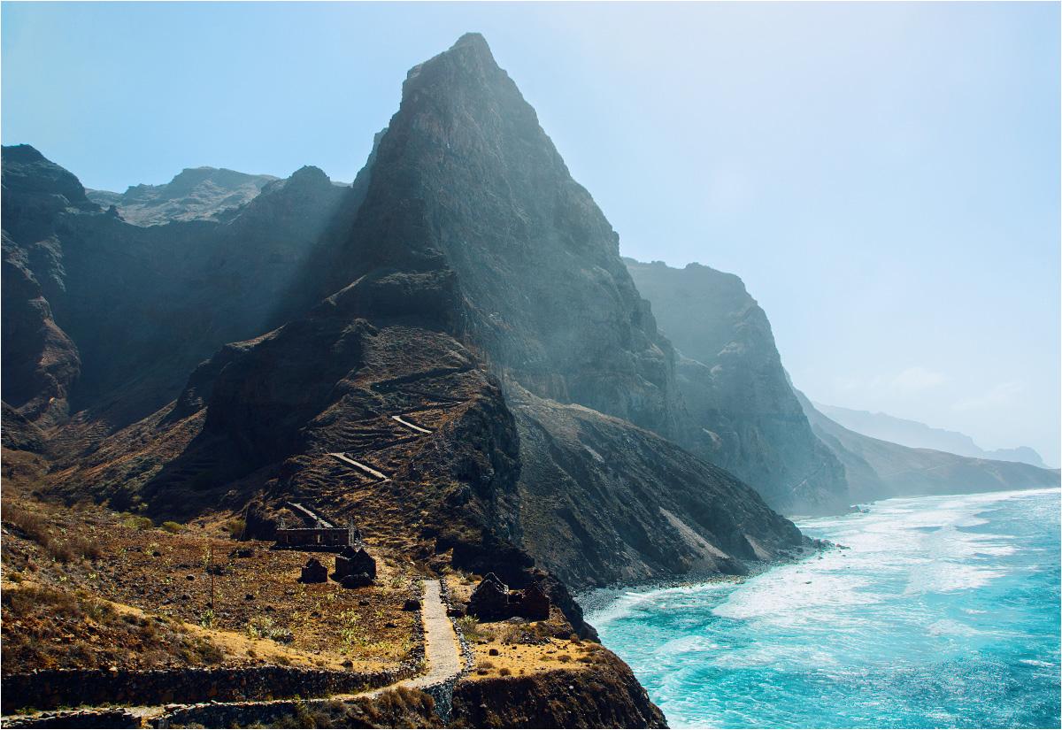 Cień wielkiej góry wkrótce padnie na opuszczoną wioskę Aranhas. Nic dziwnego, że mieszkańcy zdecydowali się stąd wyjechać - do tego oddalonego zakątka wyspy Santo Antão nie prowadzi żadna droga, zatem każdy kontakt z cywilizacją oznacza konieczność wielogodzinnego marszu