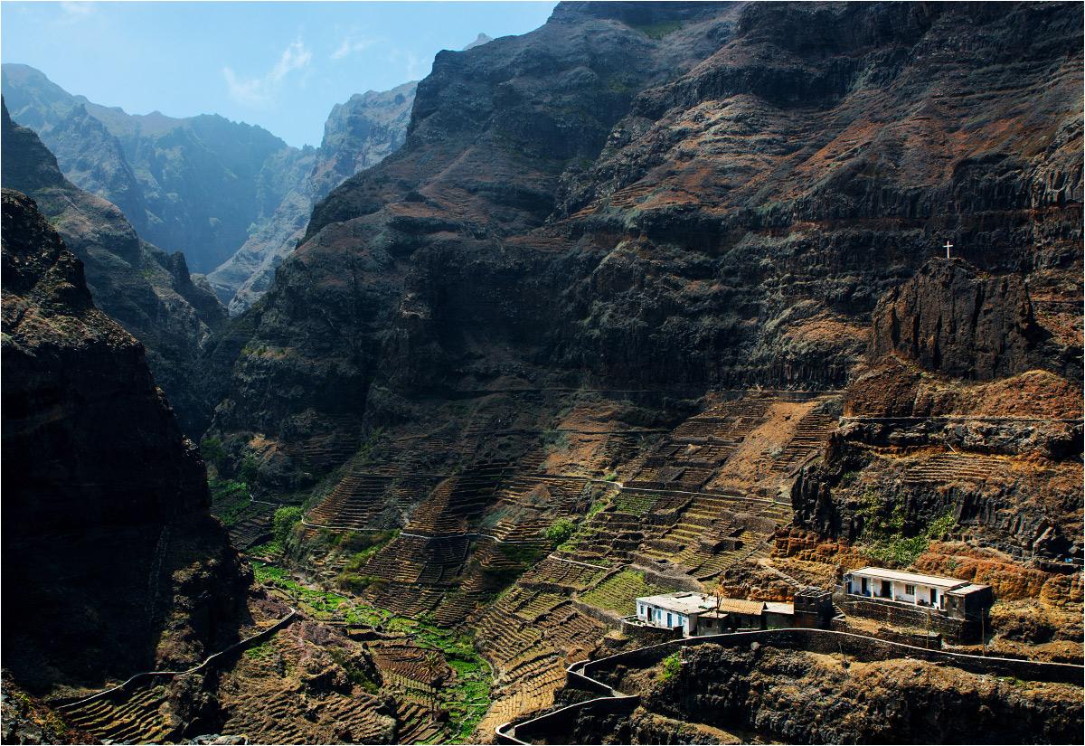 Do wioski Corvo nie prowadzi żadna droga. Można dojść tutaj tylko na własnych nogach po górskich serpentynach