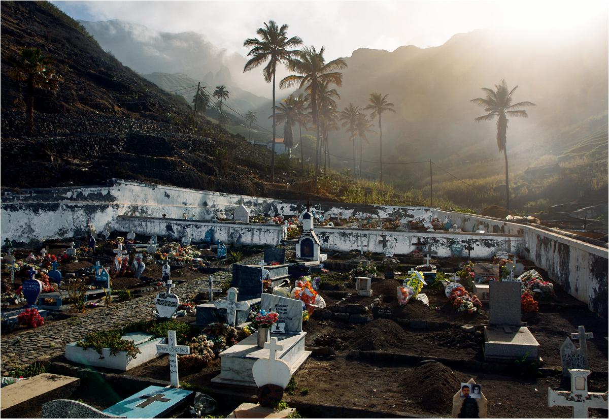 Cmentarz na wyspie Santo Antão. Z takimi widokami to i w grobie milej się leży