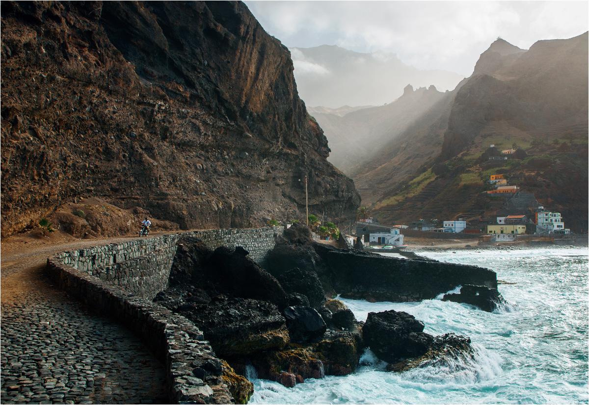 Wioska Janela na wyspie Santo Antão położona jest na wąskim skrawku lądu między oceanem a górami
