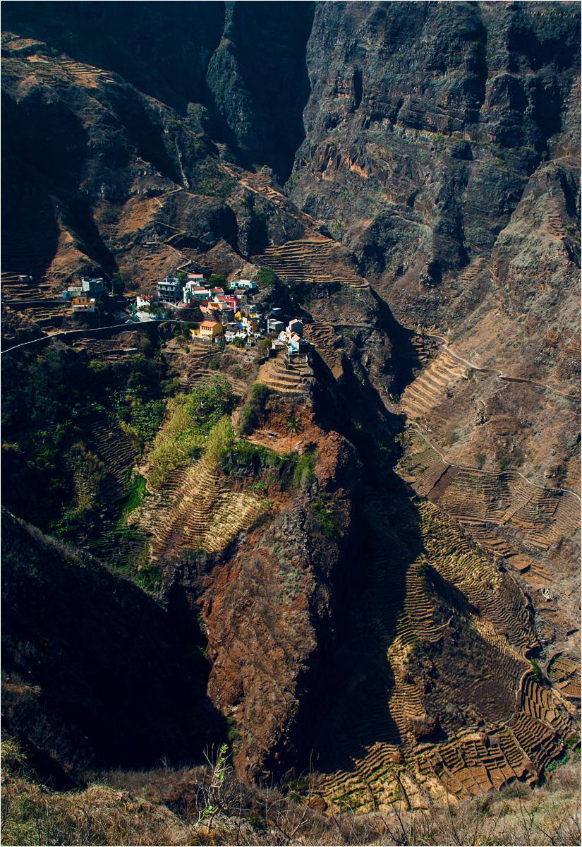 Wioska Fontainhas położona jest na szczycie ostrej skały. Nie ma szans, żeby objąć całą panoramę na jednym zdjęciu!