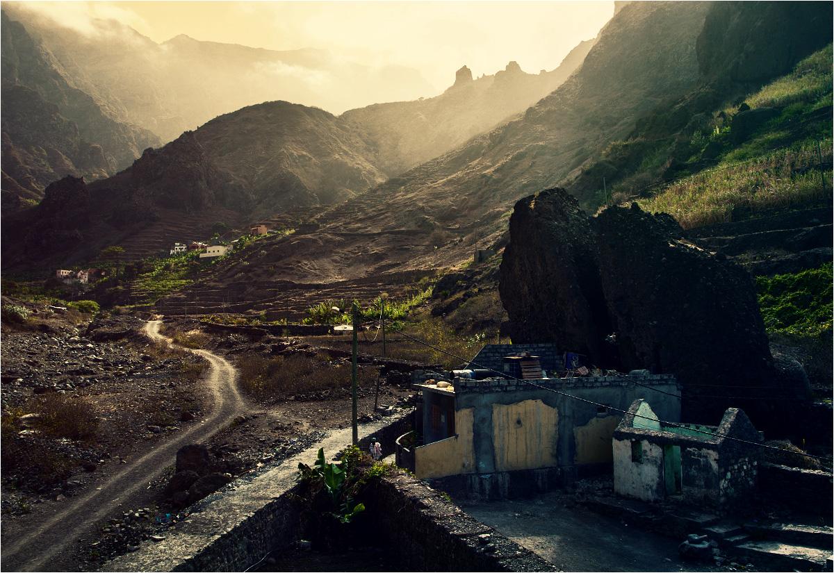 Niedobór płaskiego terenu zmusza Kabowerdeńczyków do tworzenia tarasów uprawnych oraz do budowy domów w różnych dziwnych miejscach - na przykład pod wiszącą skałą