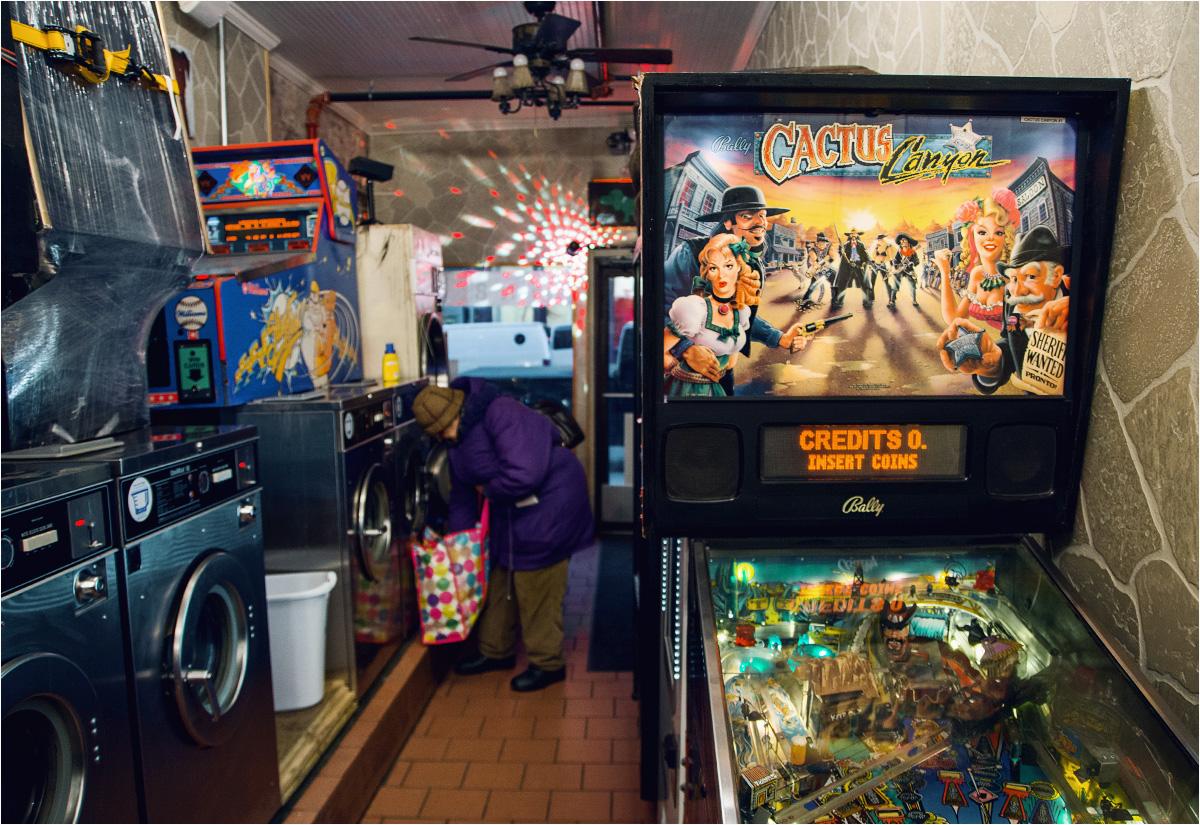 Automaty do gry w pinball w pralni przy Nassau Avenue