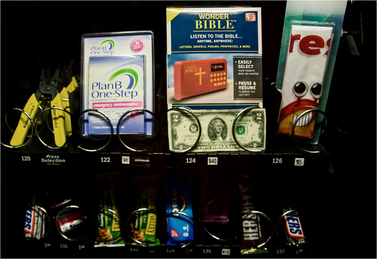 """Ameryka, ach, Ameryka. W tym automacie samoobsługowym w jednej z pralni można kupić batoniki, audiobookopodobne urządzenie do słuchania Biblii oraz tabletki antykoncepcyjne """"dzień po"""". Dla każdego coś miłego!"""