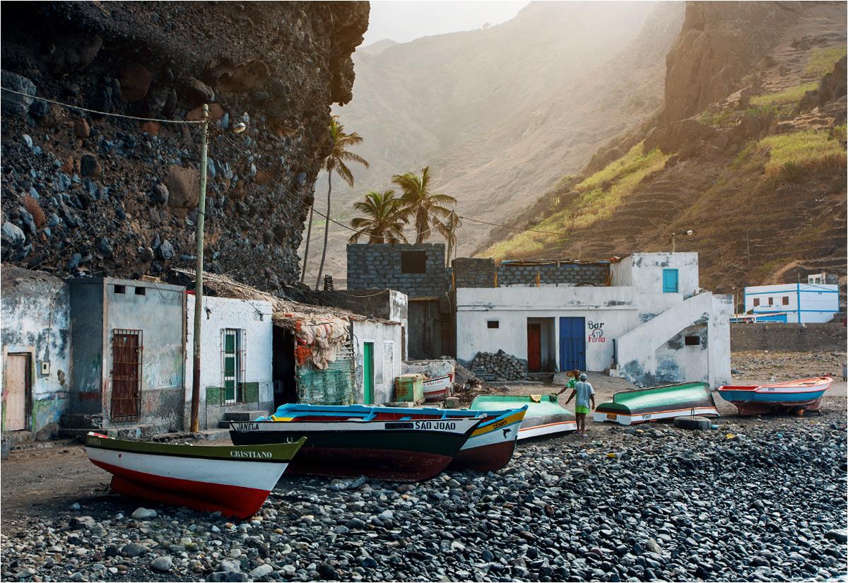 Łodzie rybackie dopełniają niewiarygodne pejzaże wokół wioski Janela