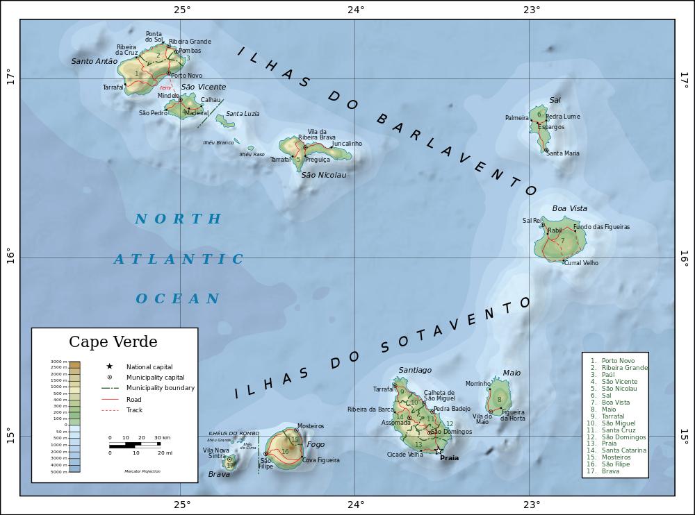 """Mapa Republiki Zielonego Przylądka. Po prawej stronie dwie """"turystyczne"""" wyspy - Sal i Boa Vista. Wyspa Santo Antão, główna bohaterka artykułu, znajduje się w lewym górnym rogu. Autor mapy: Oona Räisänen, licencja CC BY-SA 4.0"""