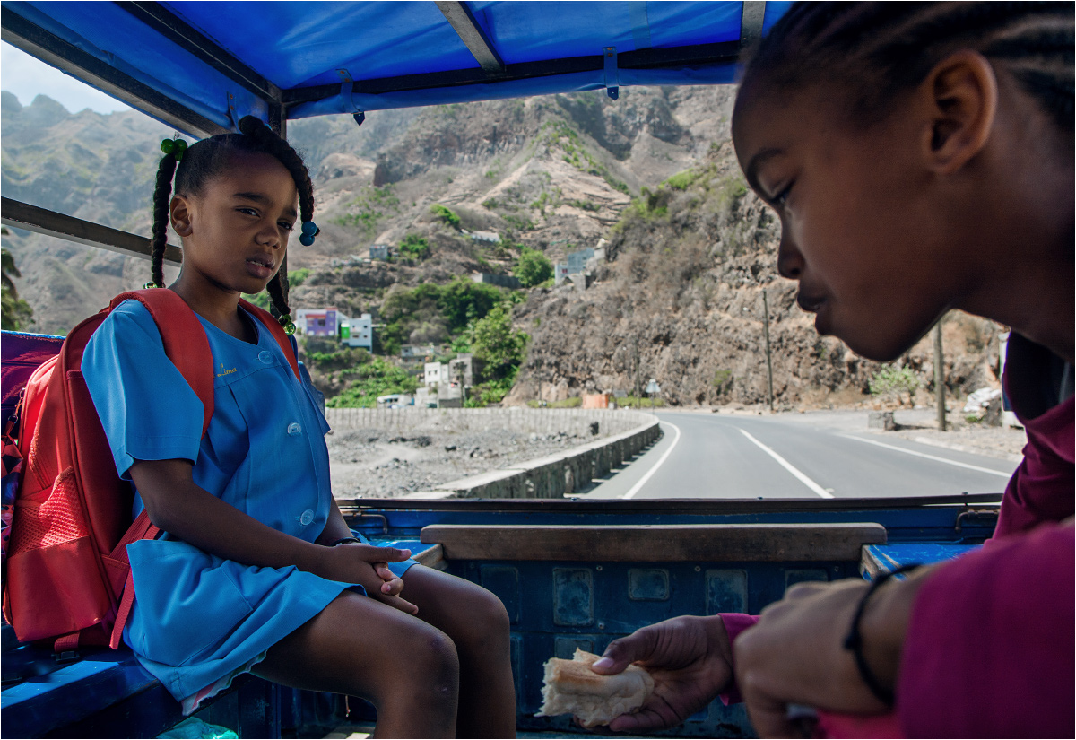 Dwie dziewczynki wracają aluguerem ze szkoły