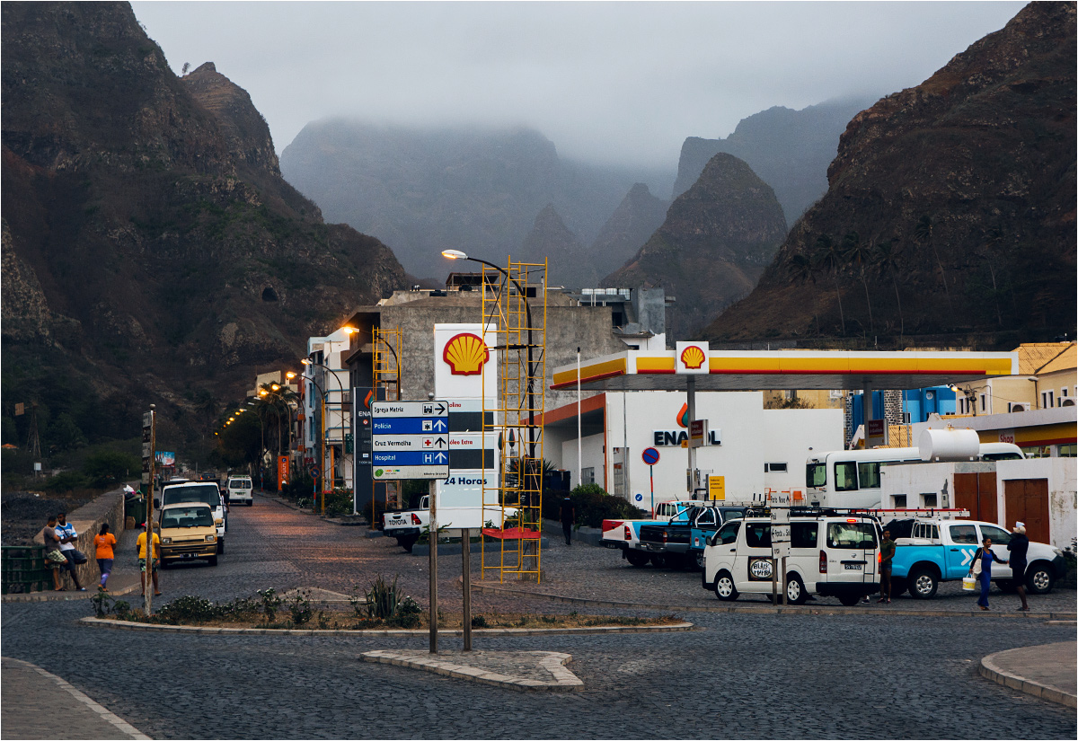 Ribeira Grande, okolice dworca aluguerów (busików, zbiorowych taksówek). Aluguery to jedyny środek publicznego transportu na Wyspach Zielonego Przylądka (wyłączając autobusy miejskie w Mindelo i Prai)