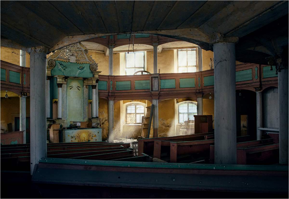 Resztki ołtarza w opuszczonym ośmiobocznym kościele ewangelickim