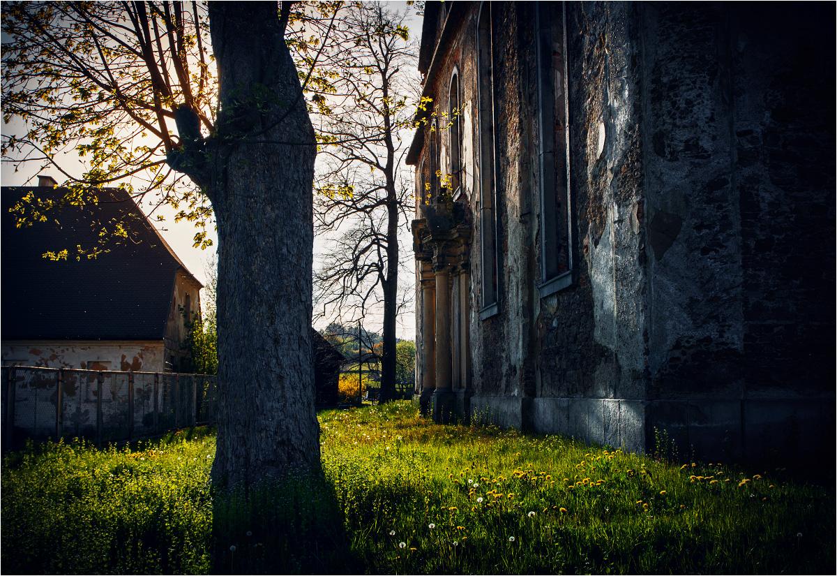 Słońce zachodzi nad opuszczonym kościołem w Gostkowie