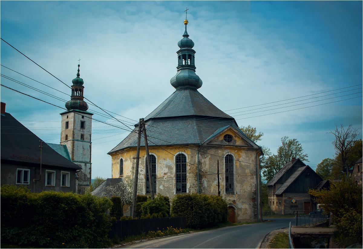 Dwa kościoły, oba zabytkowe. Jeden czynny, drugi opuszczony