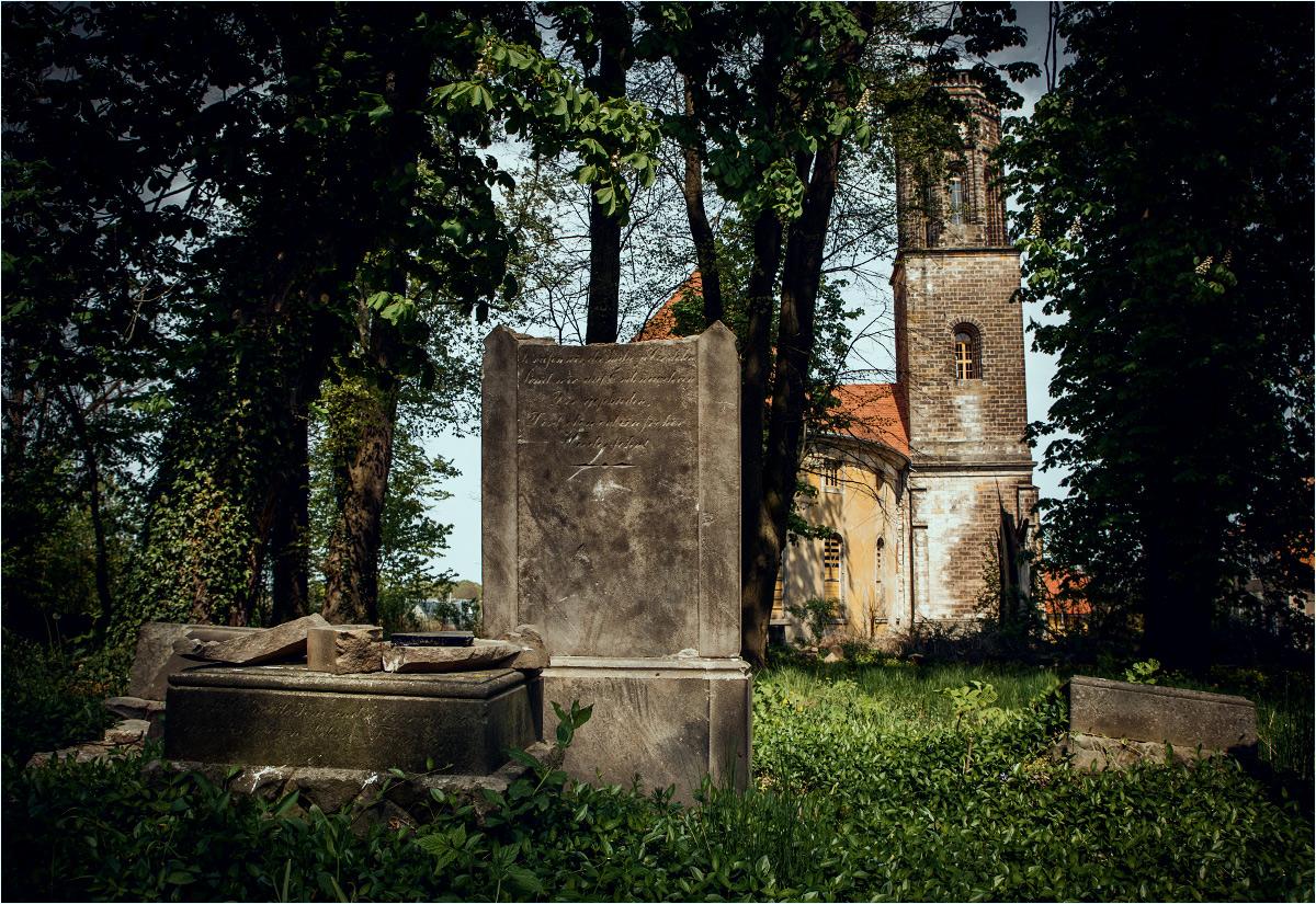 Kościół w Żeliszowie widziany z terenu przylegającego doń cmentarza
