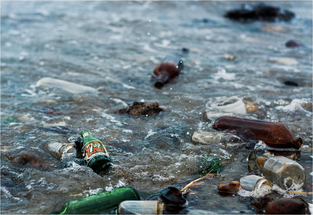 Wśród szklanych śmieci, pokrywających plaże wokół Zatoki Martwego Konia...