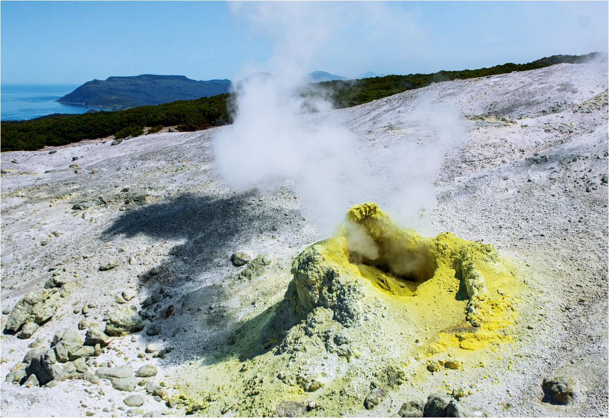 Aktywna fumarola na Wulkanie Mendelejewa