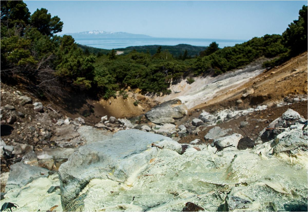 Wulkaniczny potok i wyspa Hokkaido w tle