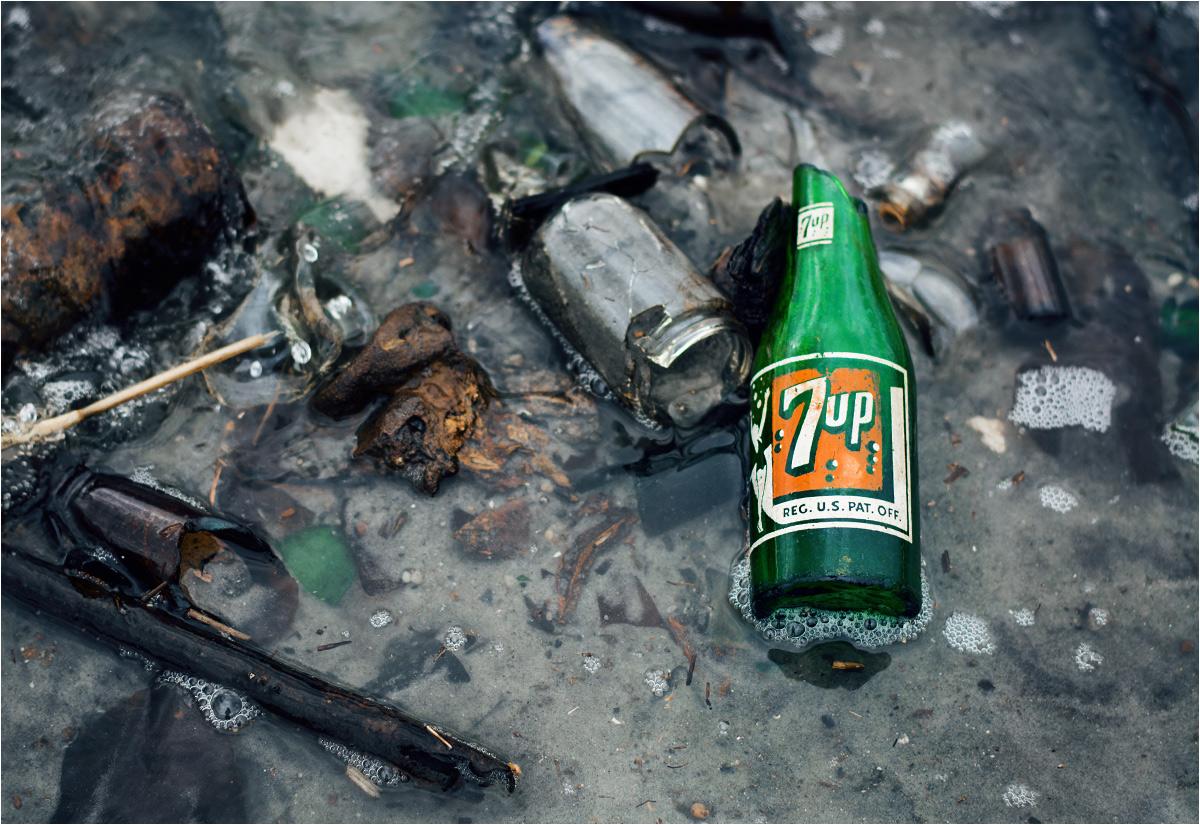 """...rzeczywiście można trafić na ciekawostki w stylu """"retro"""". Ta butelka 7-Up pochodzi najprawdopodobniej z lat czterdziestych"""