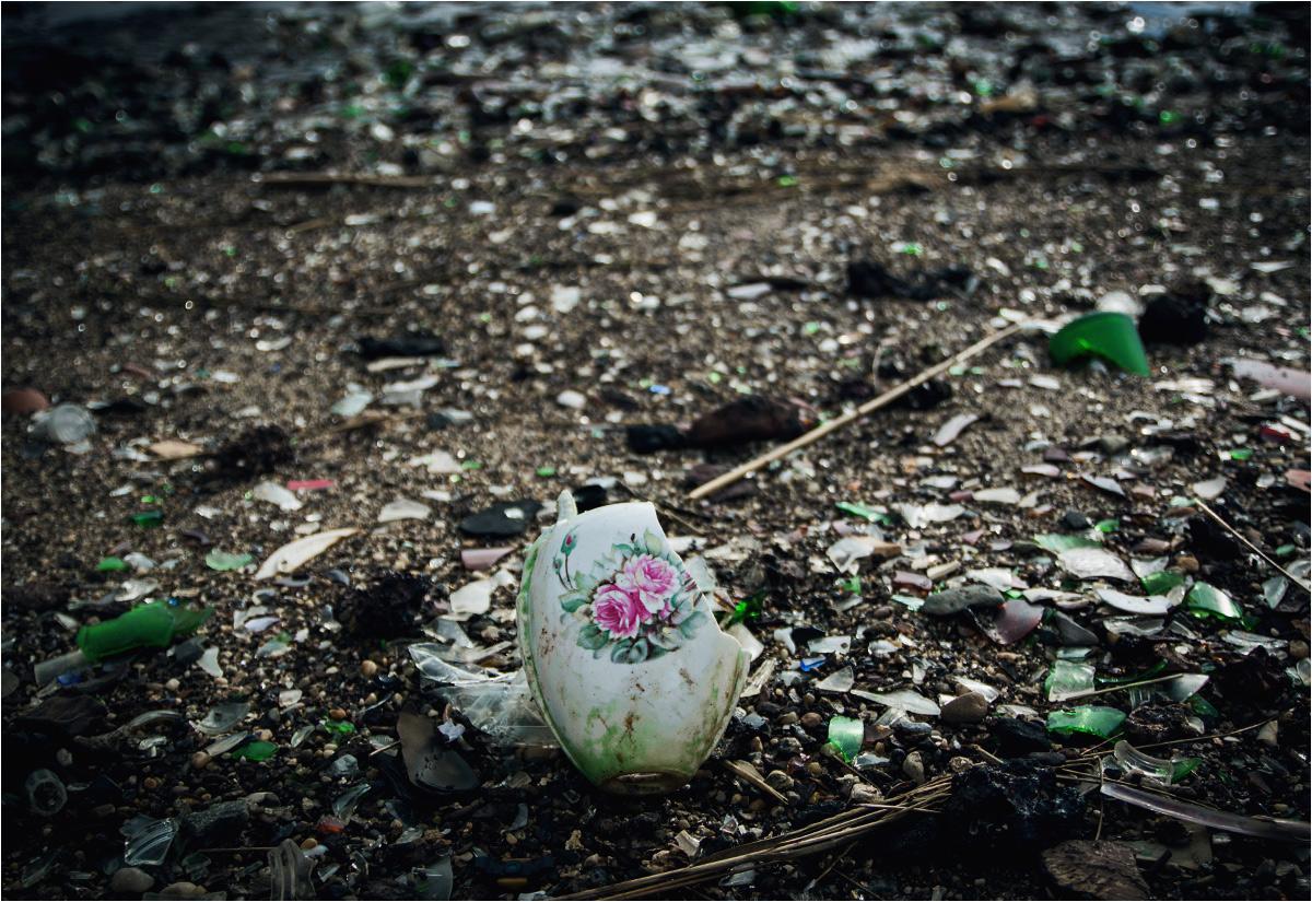 I znajduje wazę z różowymi kwiatami