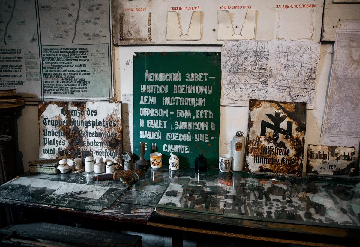 Przy ścianach stoją pamiątki po dwóch okupantach: III Rzeszy i Związki Radzieckim