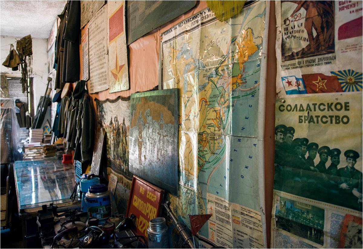 Cały garaż gęsto pokrywają różnego rodzaju historyczne pamiątki