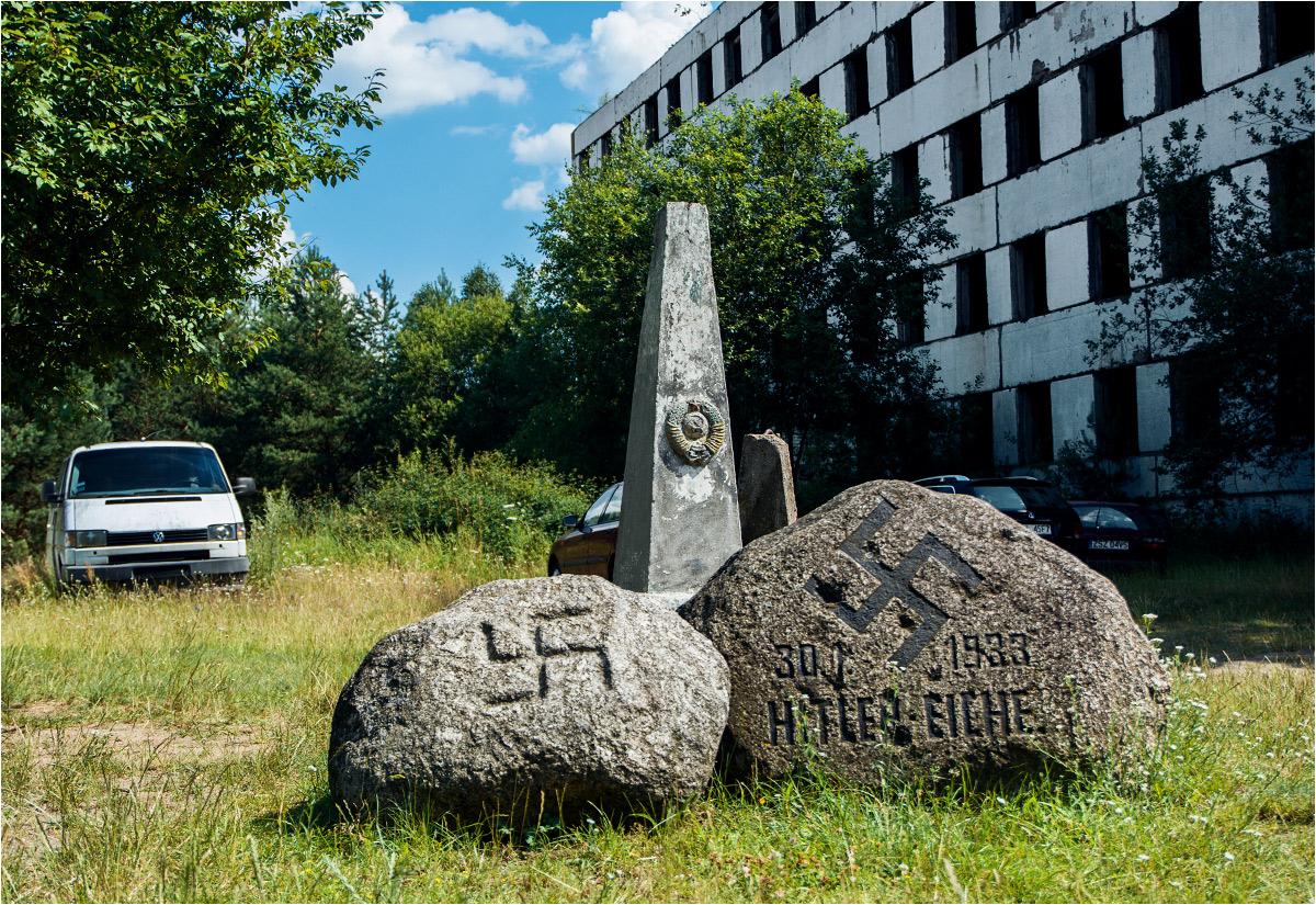 Kamień upamiętniający Dąb Hitlera (więcej o nim w dalszej części tekstu)