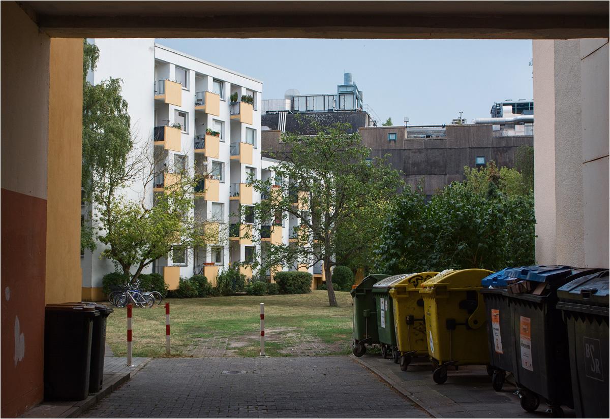Tuż za Mysim Bunkrem rozpościera się osiedle mieszkalne. Ale grube warstwy betonu tłumią wszystkie hałasy ze środka, pozwalając mieszkańcom spać spokojnie