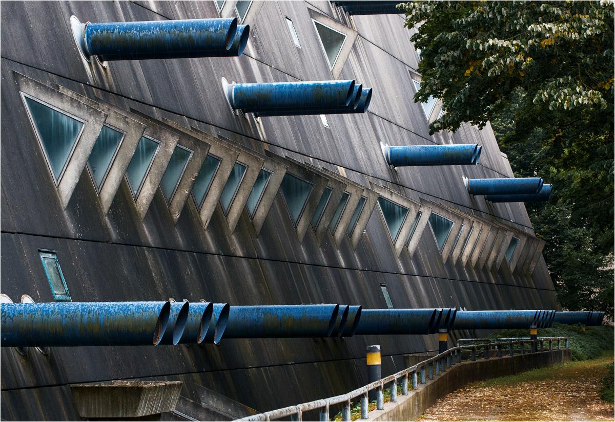 Niebieskie rury wystają z elewacji na całej długości Der Mäusebunker
