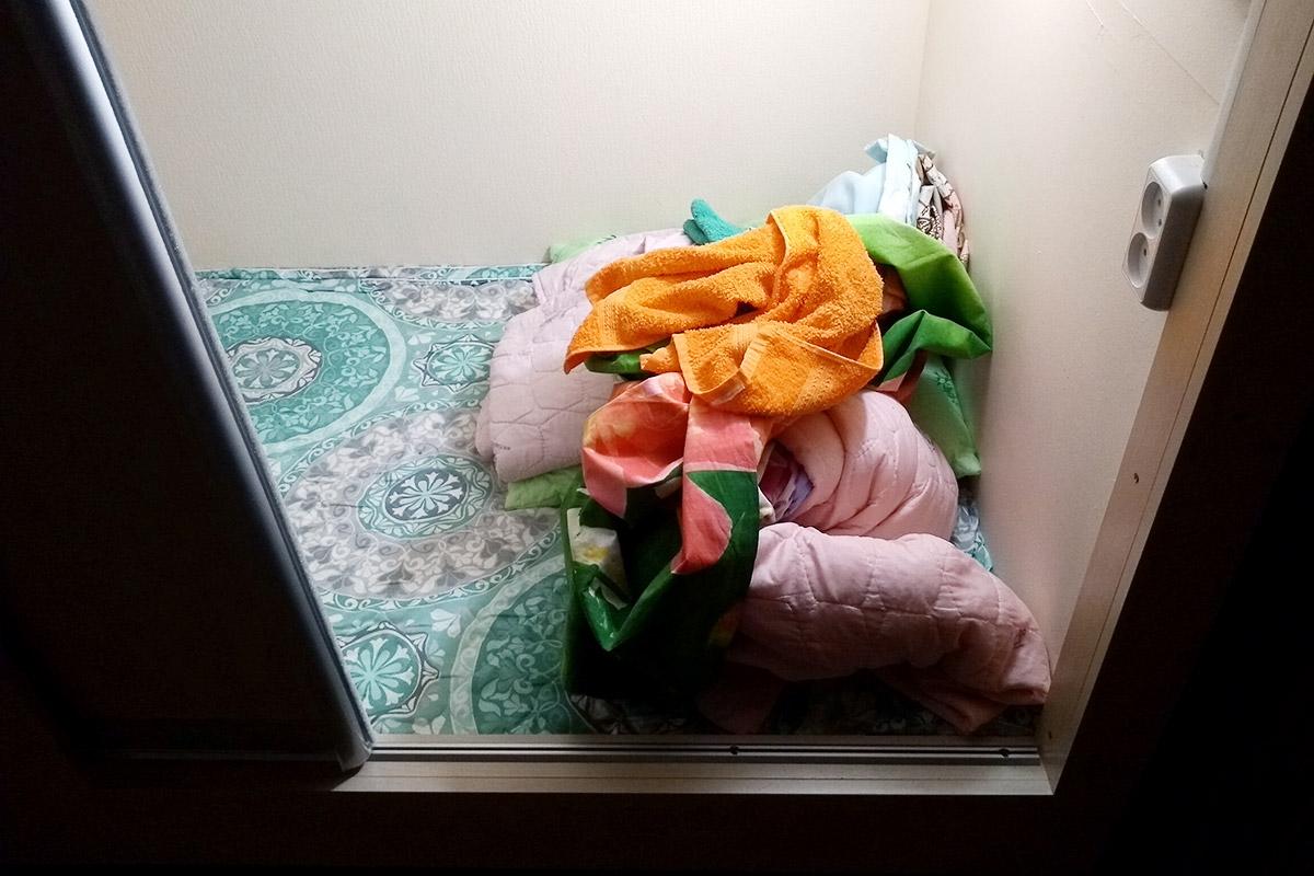 Bezwładna kupa rzuconej pościeli i ręczników też sporo mówi o podejściu do gościa