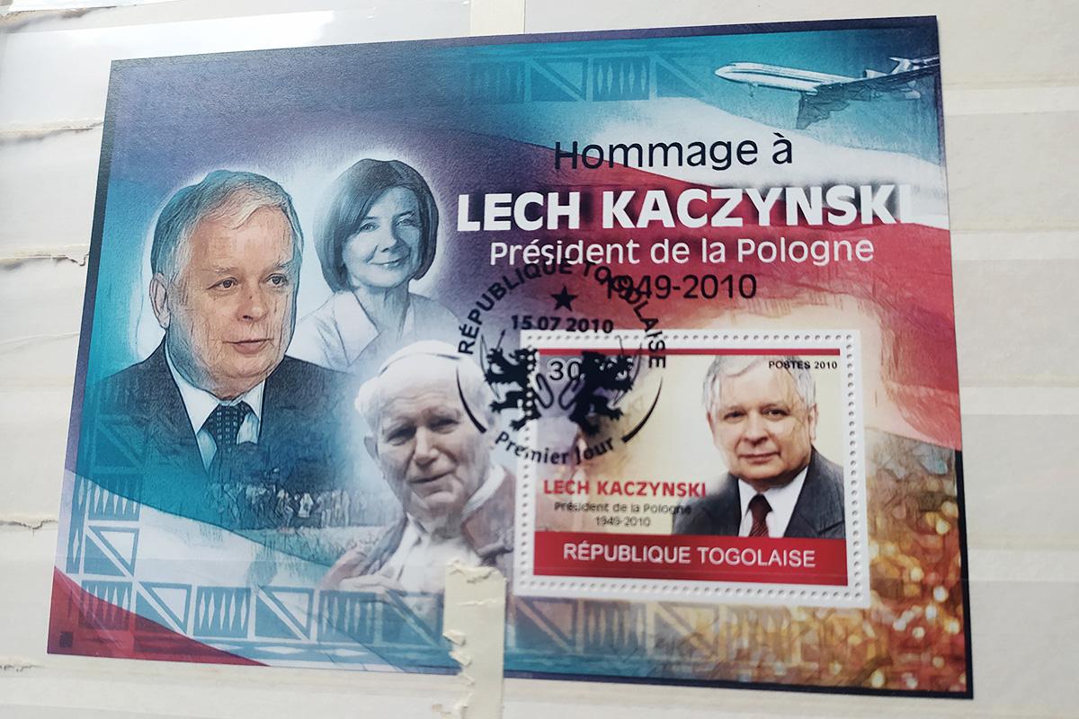 Pamiątkowy znaczek z Togo. Zwraca uwagę znajomość polskiego kodu kulturowego - papież Jan Paweł II nie zginął w katastrofie smoleńskiej, a mimo tego został upamiętniony