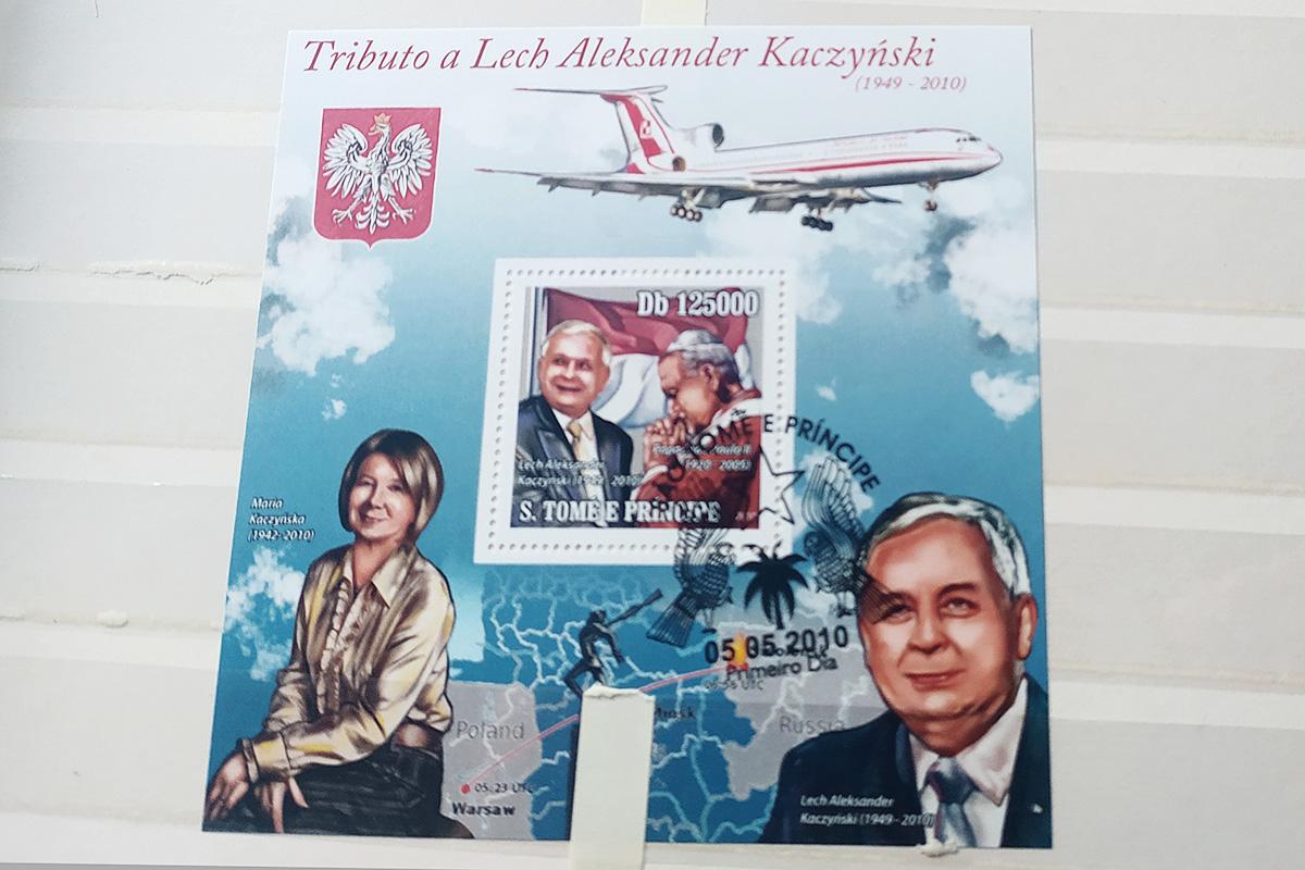 Lech Kaczyński z Janem Pawłem II pod flagą... Indonezji