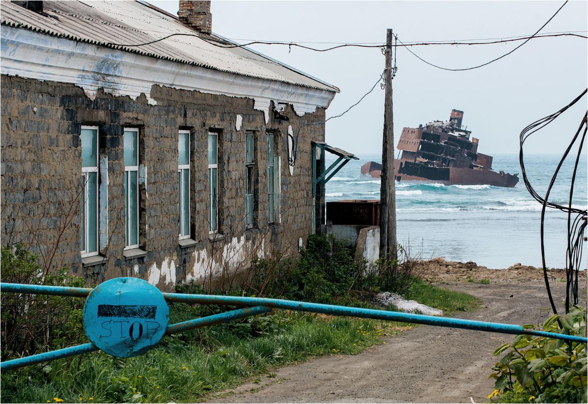 Stumetrowy opuszczony trawler stoi tuż za sachalińską wioską Jabłocznoje