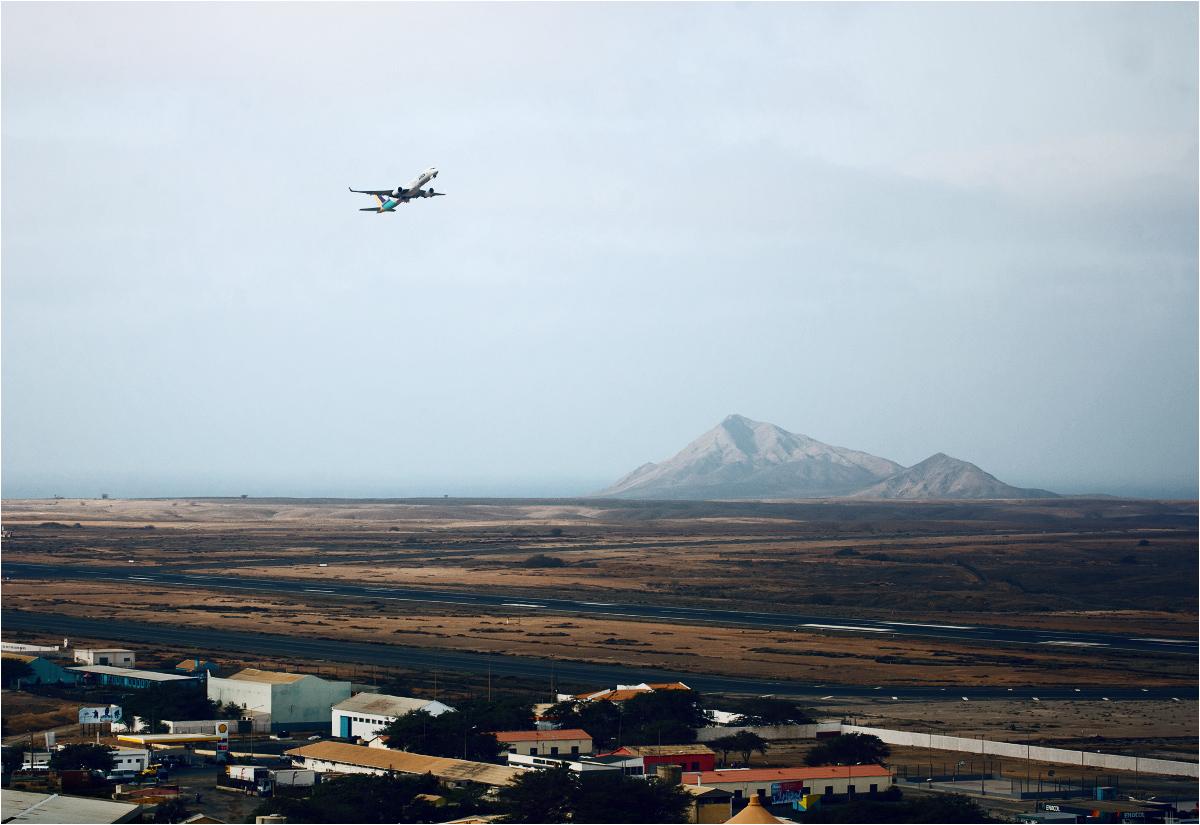 Samolot startuje z międzynarodowego portu lotniczego im. Amilcara Cabrala w Espargos