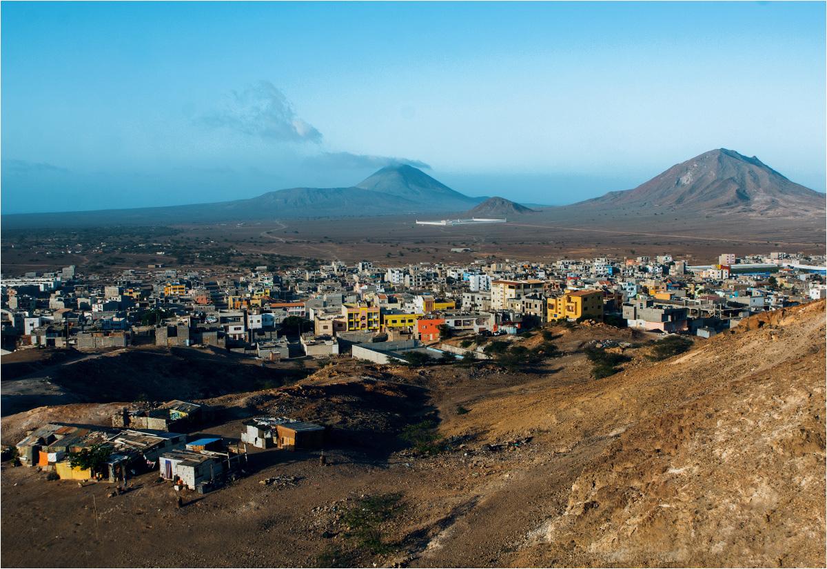 Wulkaniczny krajobraz wyspy i panorama stolicy - miasteczka Espargos