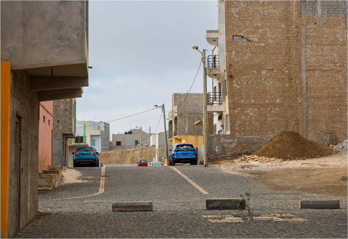 Obecne na ulicach samochody zdradzają, że miejscowym problemem nie tyle jest bieda (Espargos to miejsce z najniższym bezrobociem w Republice Zielonego Przylądka), ile szybki rozwój i brak kontroli estetycznej nad miastem