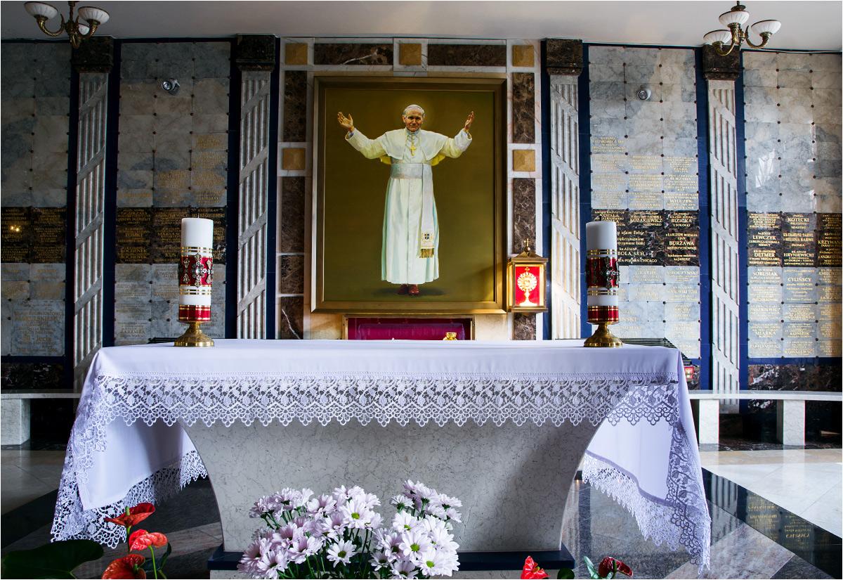 Wydaje się, że wizerunków papieża jest w Licheniu znacznie więcej, niż wizerunków Matki Boskiej. Tu - kaplica papieska w dolnej świątyni (za plecami fotografa znajduje się ogromny złoty tron papieski)...