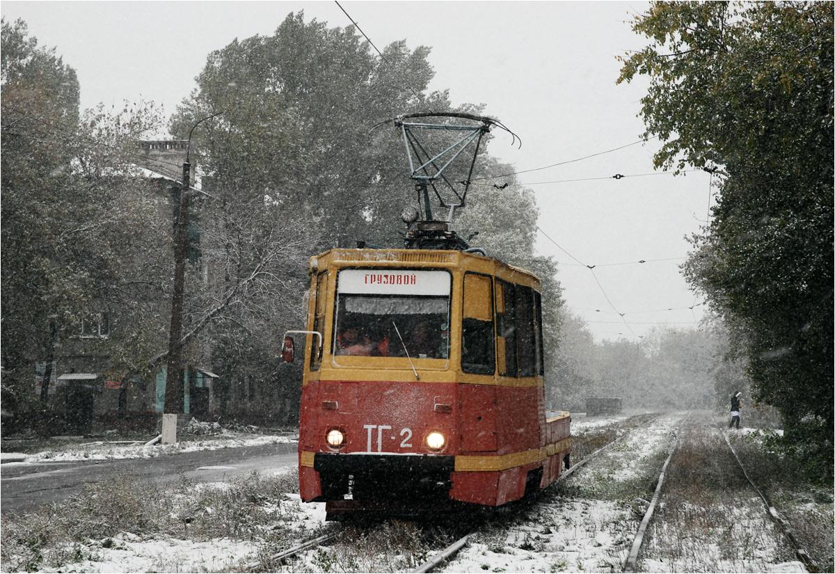 """Tramwaj techniczny w ukraińskiej Gorłówce. Napis na czele pojazdu oznacza """"towarowy"""""""