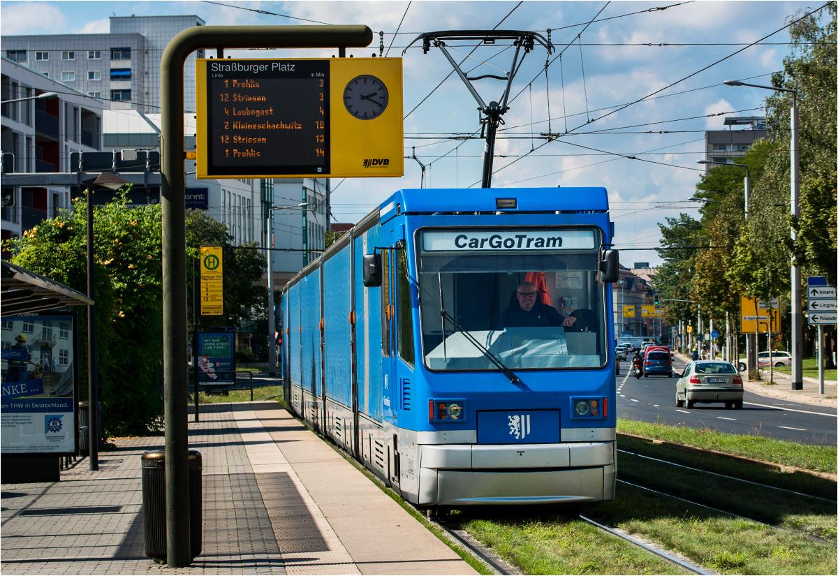 Tramwaj towarowy dojeżdża do Straßburger Platz - tuż za skrzyżowaniem rozpościera się fabryka Volkswagena