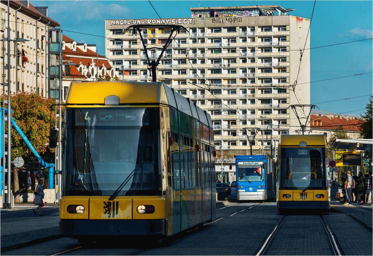 Przez drezdeńskie stare miasto tłumnie przejeżdżają żółte tramwaje pasażerskie. Czasem zjawi się też on - niebieski rodzynek