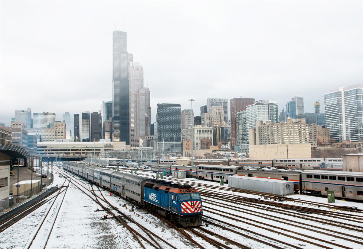 Zabłądziłem po południu na Southcie w Chicago, miałem serce w przełyku, lecz nic mi się nie stało, a przy okazji zrobiłem to zdjęcie podmiejskiego składu Metra na tle drapaczy chmur