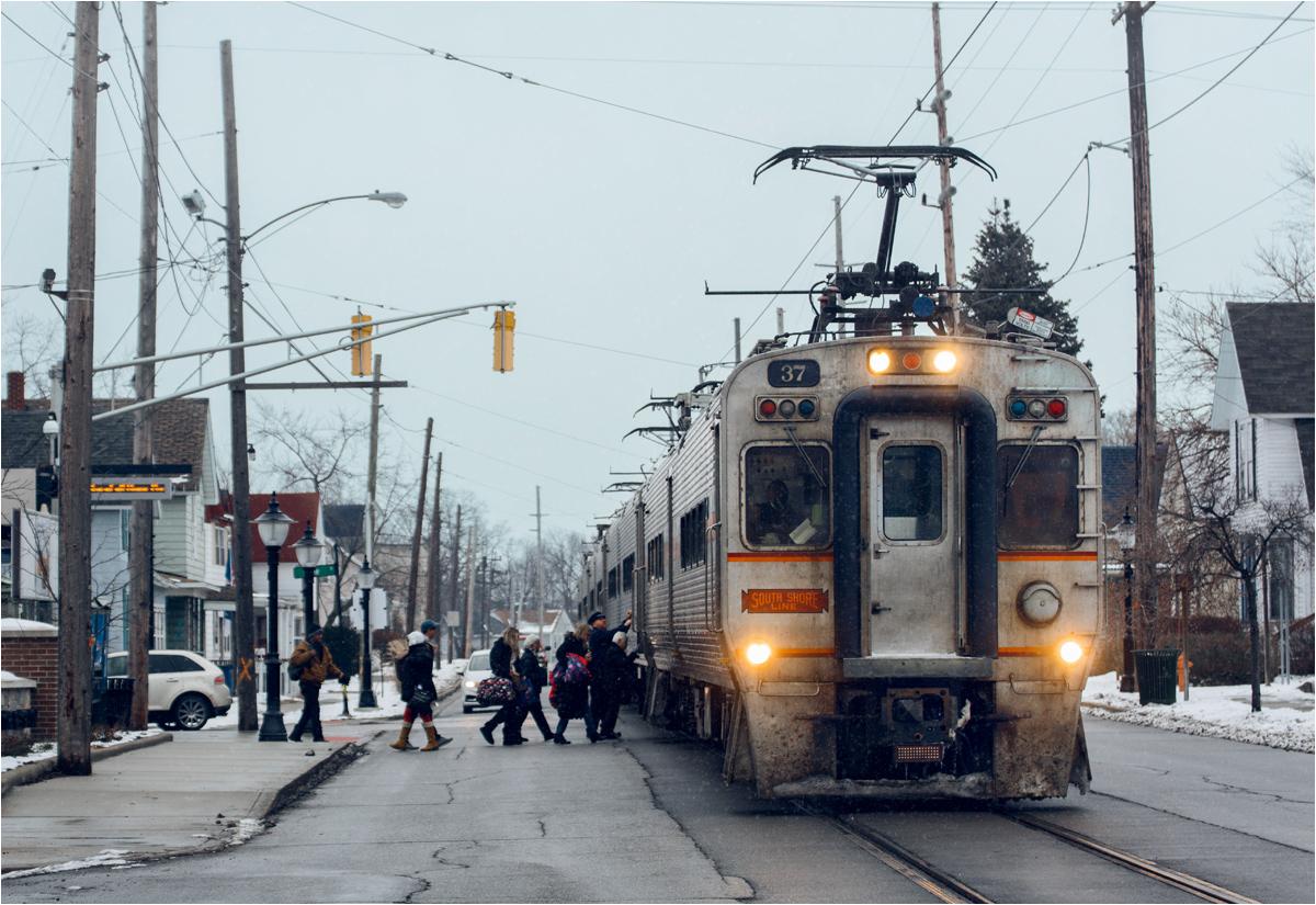 Na przystanku 11th Street w Michigan City pasażerowie wsiadają do pociągu prosto z jezdni