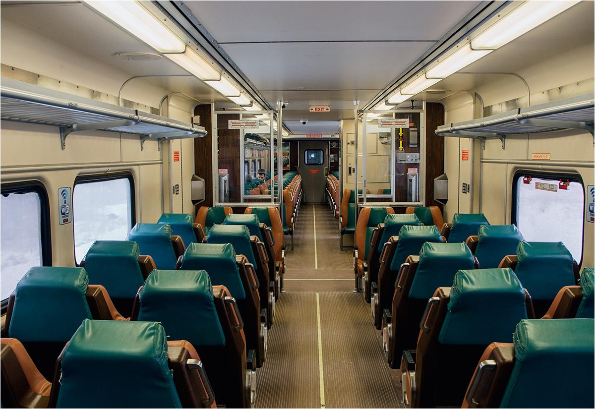 Ciepłe i wygodne wnętrze pociągu osobowego